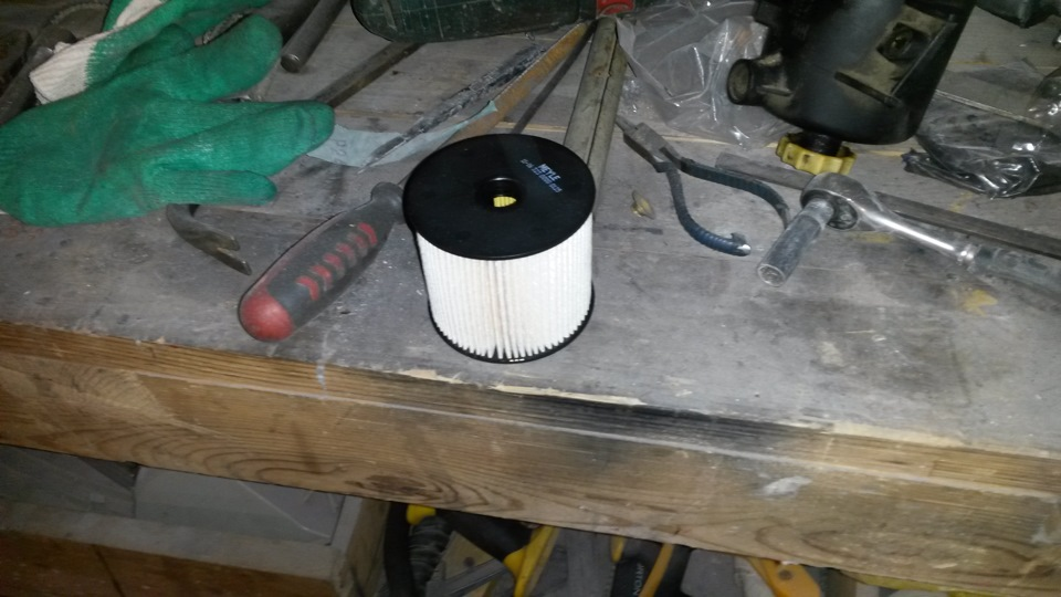 Где находиться топливный фильтр на Пежо 307 св