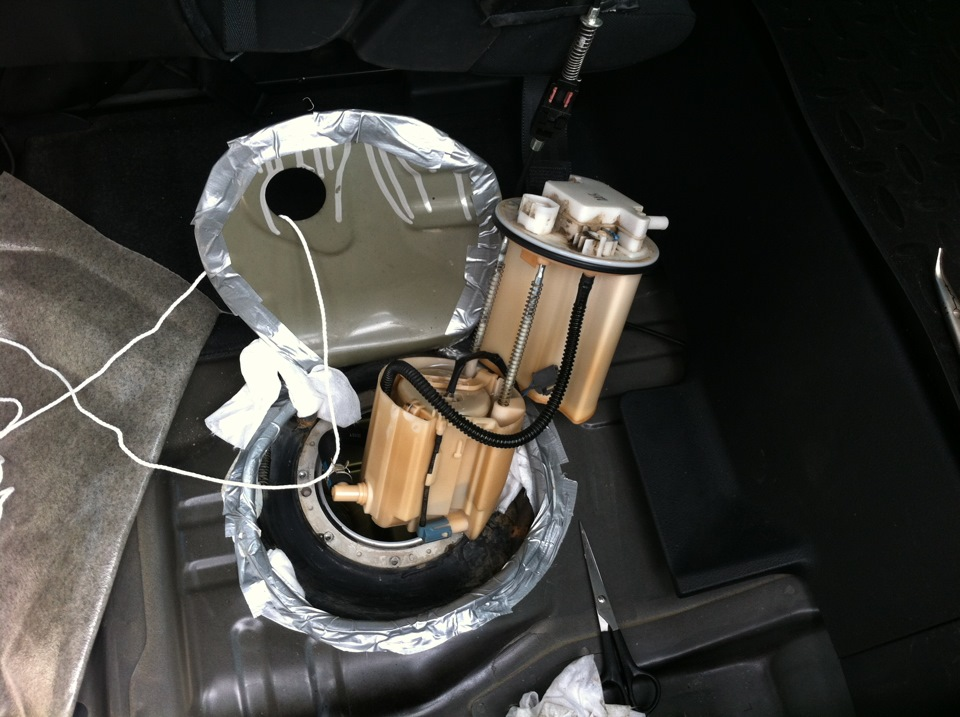 Где находится топливный фильтр на РАВ 4 2007 года