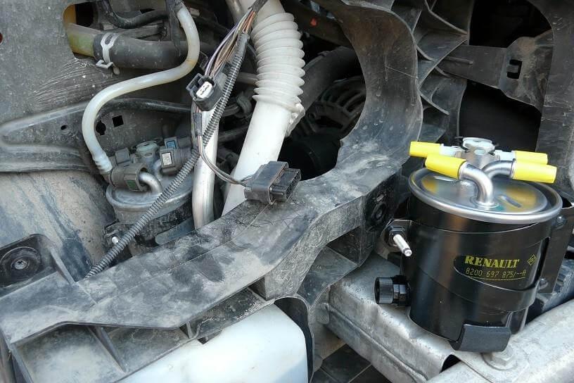 Где стоит топливный фильтр Рено Меган 2 1.6 бензин
