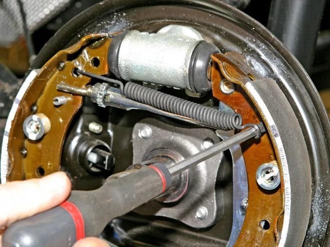 Как заменить тормозные колодки задние на Рено Меган 2