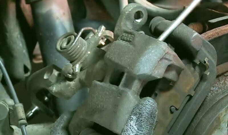 Замена передних тормозных колодок на Мазда 6 2006