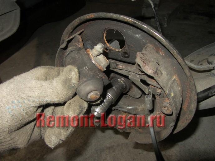 Замена задних тормозных колодок Рено Логан 2007 г.в.