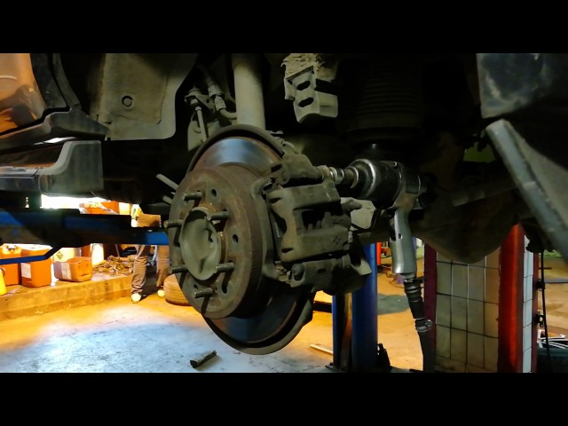 Замена задних тормозных колодок Тойота Ленд Крузер прадо 120
